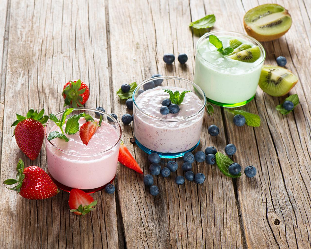 Фотография Йогурт Киви Стакан Черника Клубника Еда Трое 3 Доски Пища втроем Продукты питания
