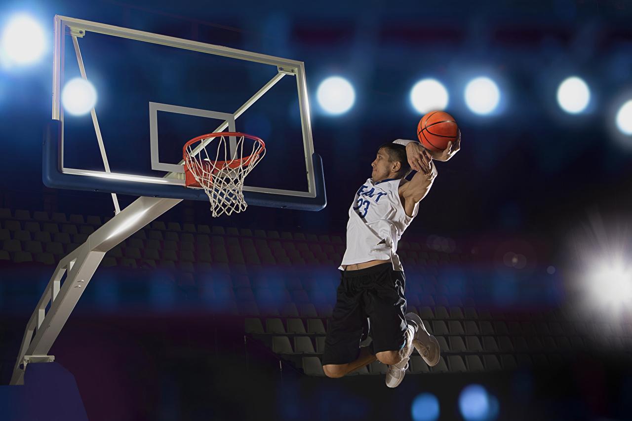 Фотографии Мужчины Спорт Баскетбол в прыжке Мячик мужчина спортивный спортивная спортивные Прыжок прыгать прыгает Мяч