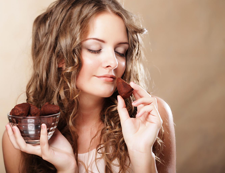 Фото Шатенка Шоколад Девушки Руки Цветной фон шатенки девушка молодые женщины молодая женщина рука
