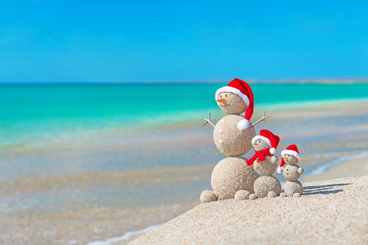 Картинка Рождество пляжи Лето Море шапка Природа песка снеговик оригинальные Шар Новый год Пляж пляжа пляже Шапки в шапке Песок песке Креатив Снеговики снеговика креативные Шарики