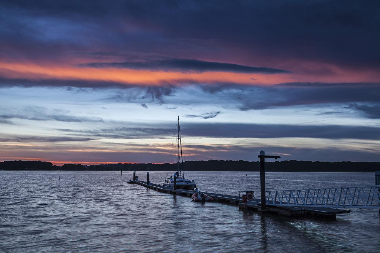 Картинка Англия Apuldram Природа Рассветы и закаты Реки Катера Пристань речка Пирсы Причалы