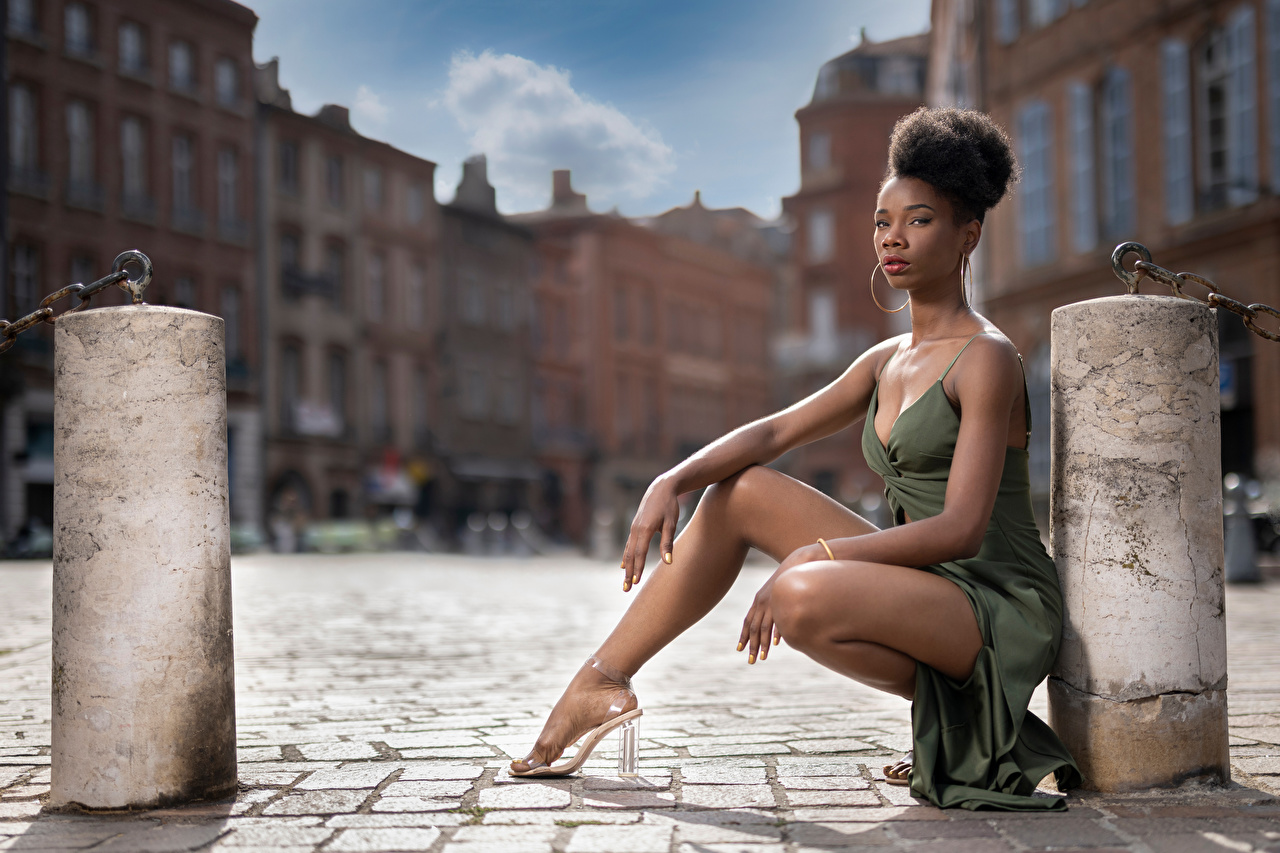 Фото Mary Поза негры Девушки ног сидящие Взгляд Платье позирует Негр девушка молодая женщина молодые женщины Ноги сидя Сидит смотрит смотрят платья