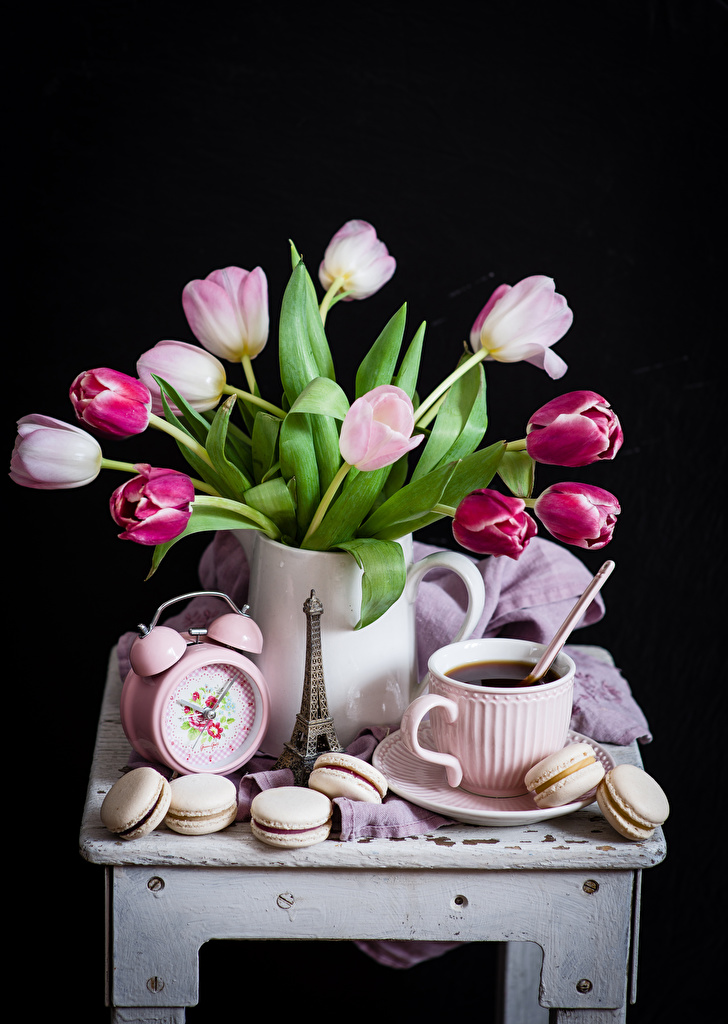 Фотографии Макарон Кофе Часы Тюльпаны Цветы Еда Чашка Натюрморт Черный фон Пища чашке Продукты питания на черном фоне