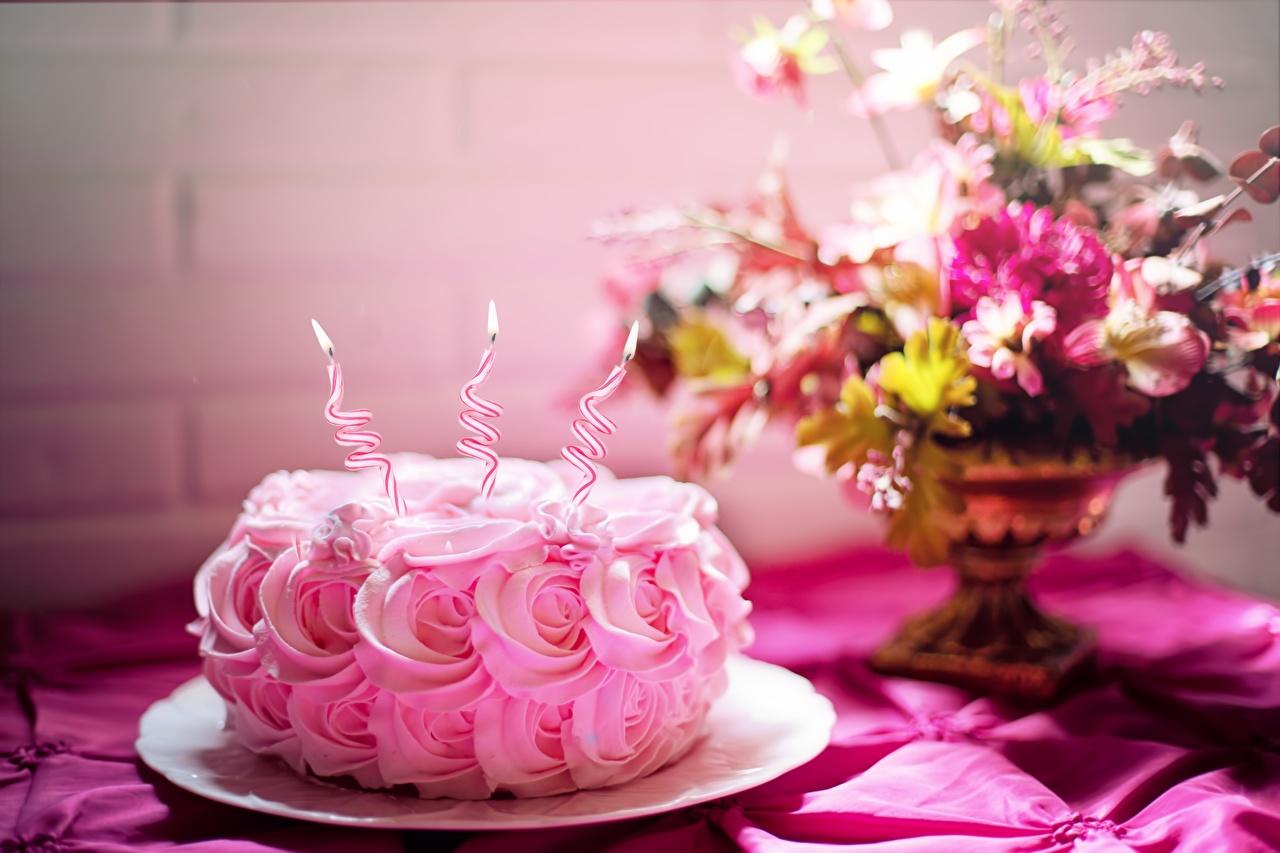 Фотографии День рождения Розы Торты Розовый Пламя Еда Свечи Огонь Пища Продукты питания