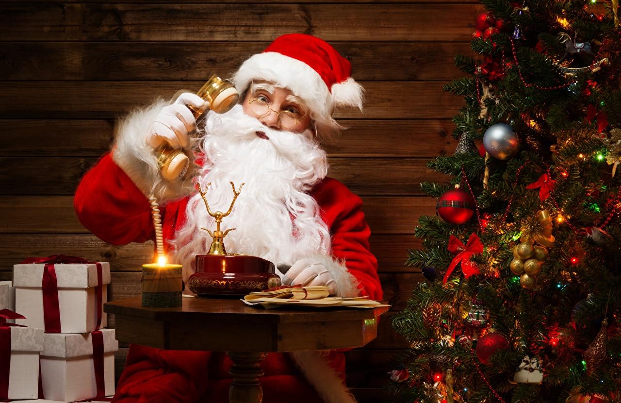 Фотография Рождество Борода Елка Шапки Телефон Подарки Очки сидящие Новый год Новогодняя ёлка Сидит