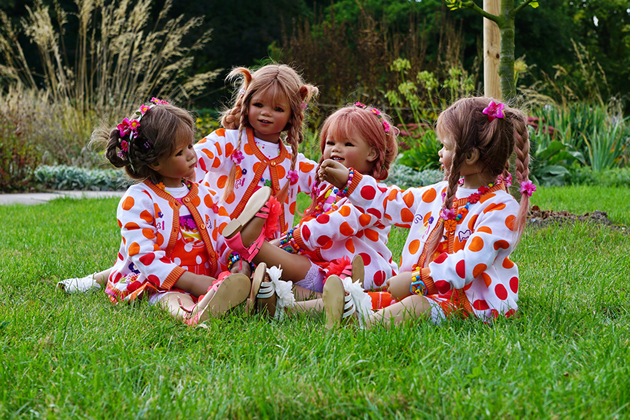 Фото девочка Германия Кукла Grugapark Essen Природа парк траве сидящие Девочки куклы Парки сидя Сидит Трава