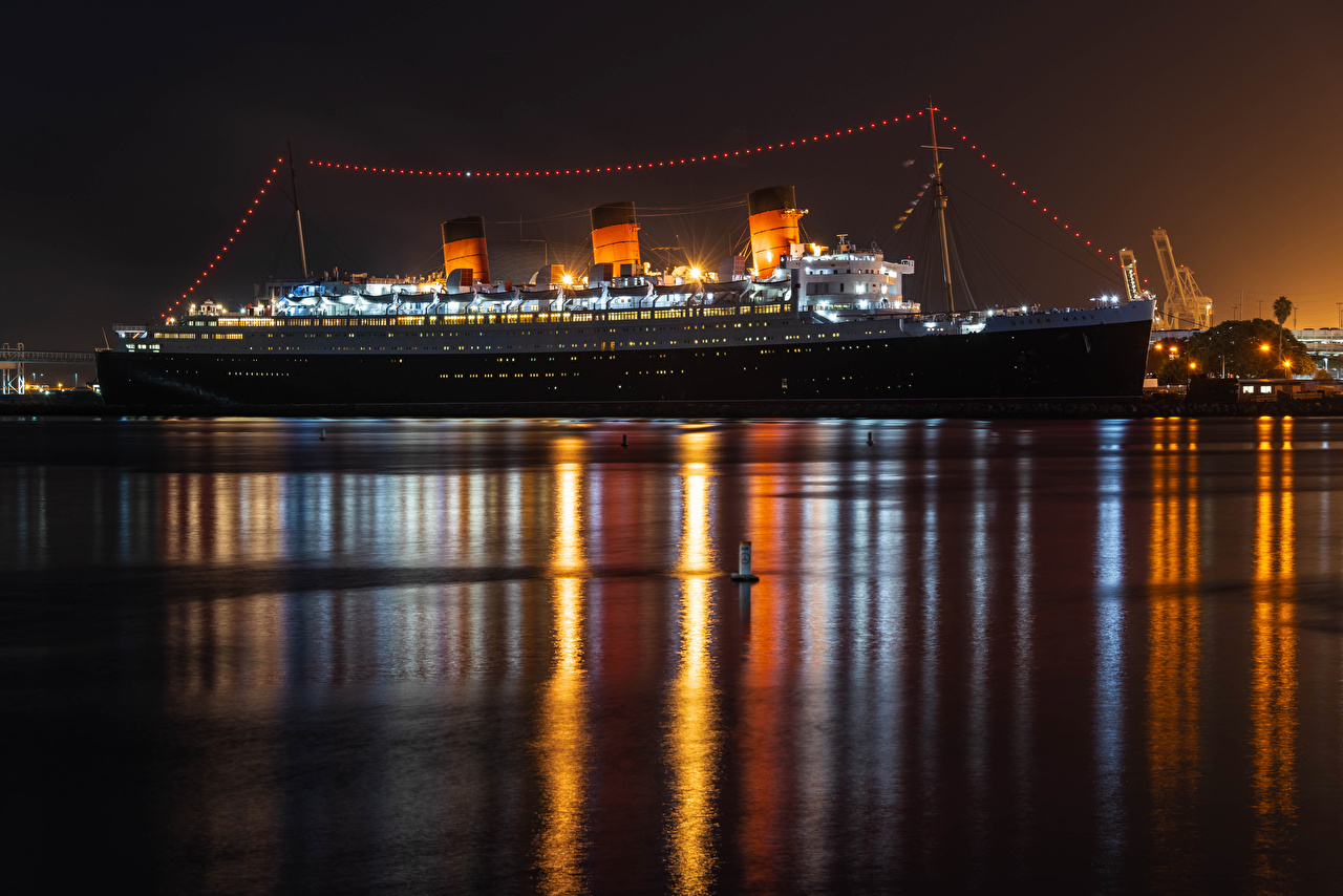 Фотографии Калифорния штаты Круизный лайнер Queen Mary in Long Beach корабль Ночь Пирсы залива город калифорнии США америка Корабли Залив ночью в ночи Ночные заливы Причалы Пристань Города