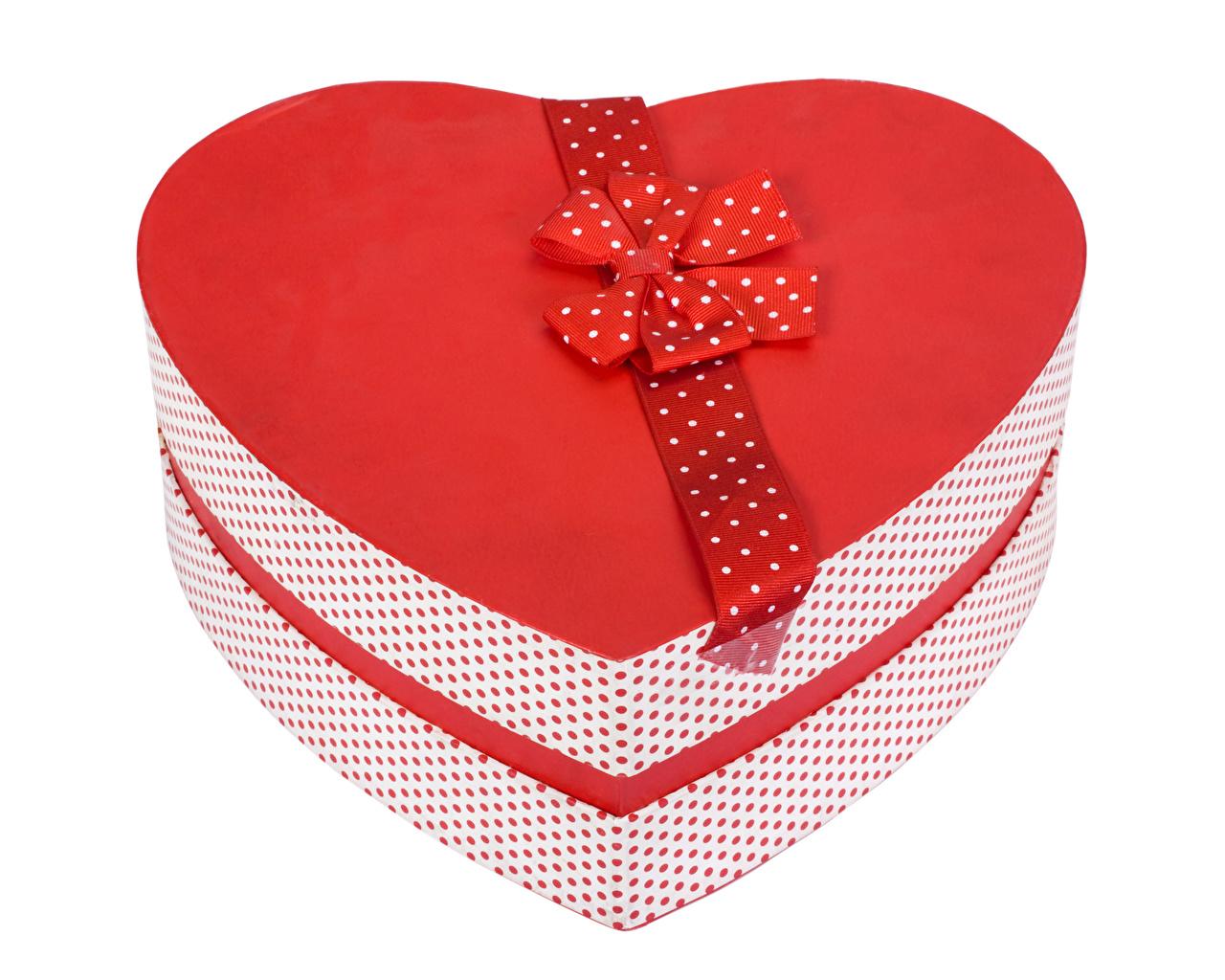 Фотографии День святого Валентина Сердце Коробка Подарки Бантик Белый фон День всех влюблённых сердечко