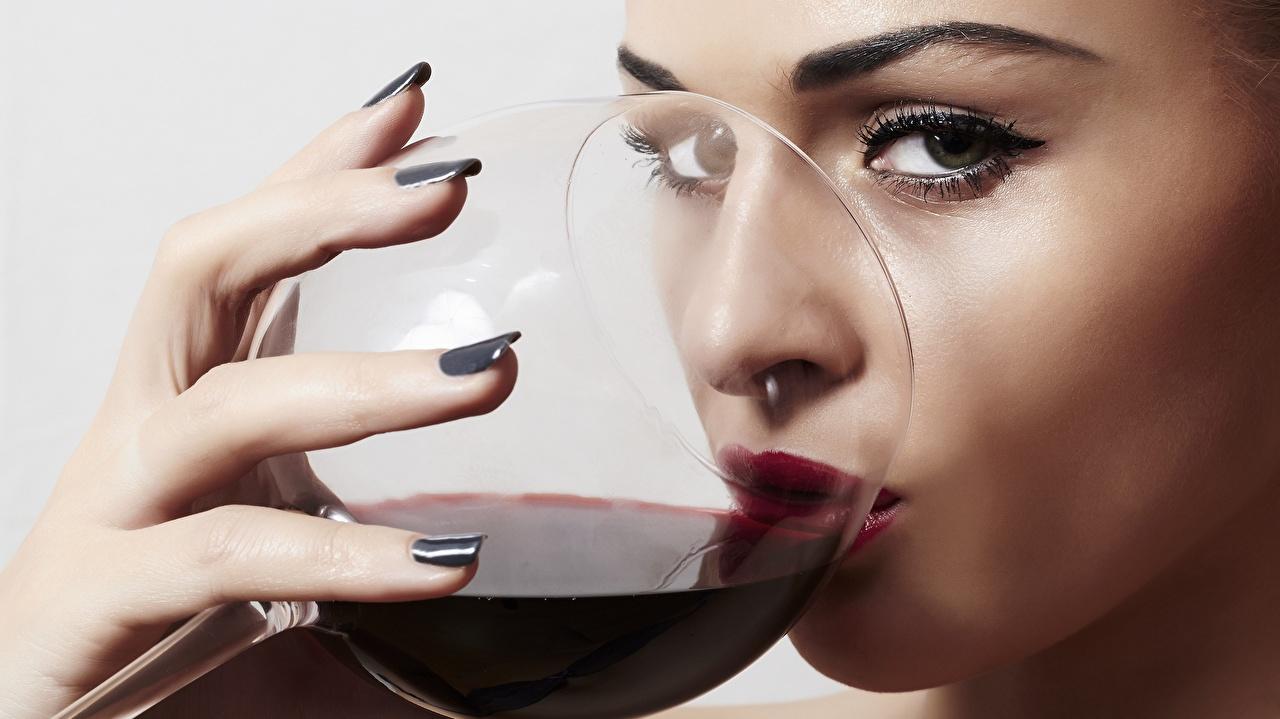 Фото мейкап Пьет Вино девушка Пища Пальцы Бокалы смотрит Макияж косметика на лице пить Девушки молодая женщина молодые женщины Еда бокал Продукты питания Взгляд смотрят