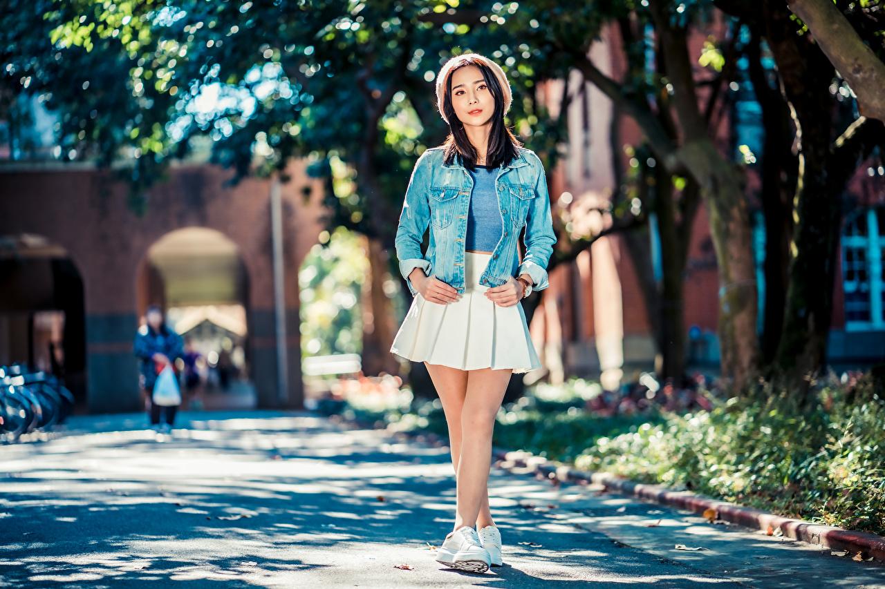 Фото Юбка Размытый фон Поза Берет куртках молодые женщины азиатки смотрит юбки юбке боке позирует куртке куртки Куртка девушка Девушки молодая женщина Азиаты азиатка Взгляд смотрят