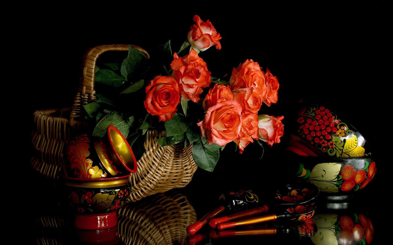 Обои для рабочего стола Розы красная Цветы Корзина Ложка Натюрморт на черном фоне роза Красный красные красных цветок корзины Корзинка ложки Черный фон
