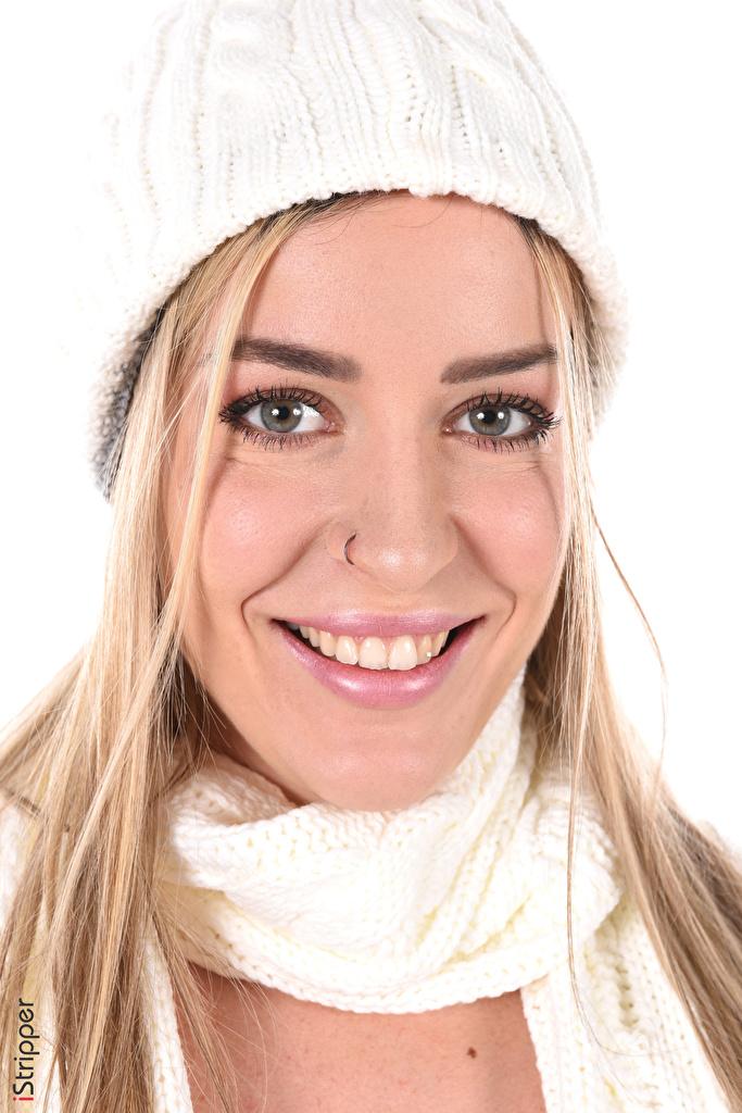 Обои для рабочего стола Marica Chanelle блондинок улыбается косметика на лице iStripper Шапки молодая женщина смотрят белом фоне  для мобильного телефона блондинки Блондинка Улыбка мейкап Макияж шапка в шапке девушка Девушки молодые женщины Взгляд смотрит Белый фон белым фоном