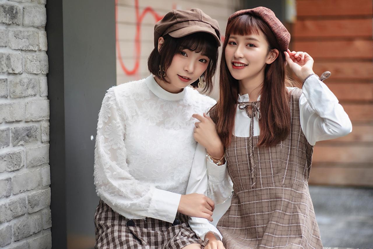 Обои для рабочего стола Шатенка улыбается Двое молодые женщины азиатка смотрит шатенки Улыбка 2 два две вдвоем девушка Девушки молодая женщина Азиаты азиатки Взгляд смотрят