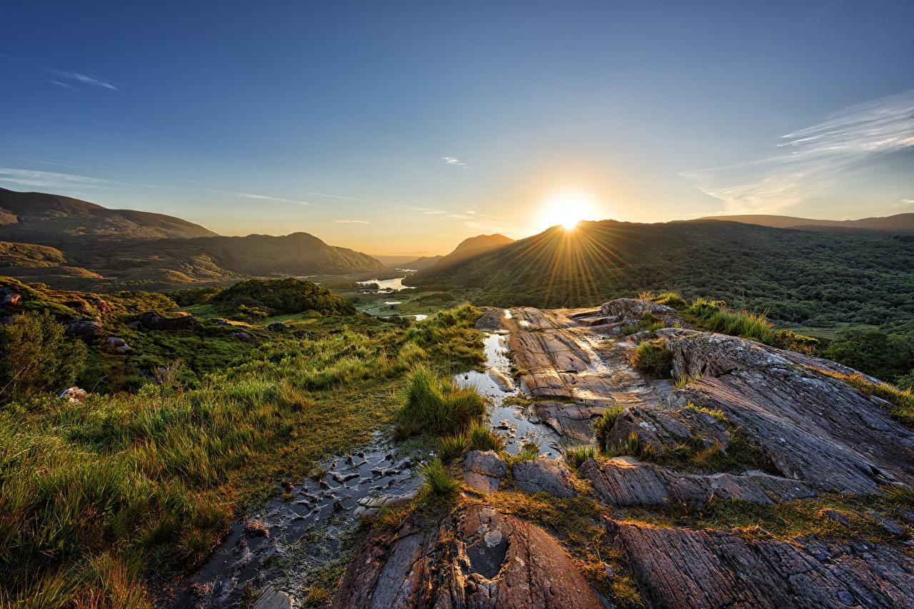 Фотографии Лучи света Ирландия Killarney National Park Горы Солнце Природа парк Рассветы и закаты Камень гора солнца Парки рассвет и закат Камни