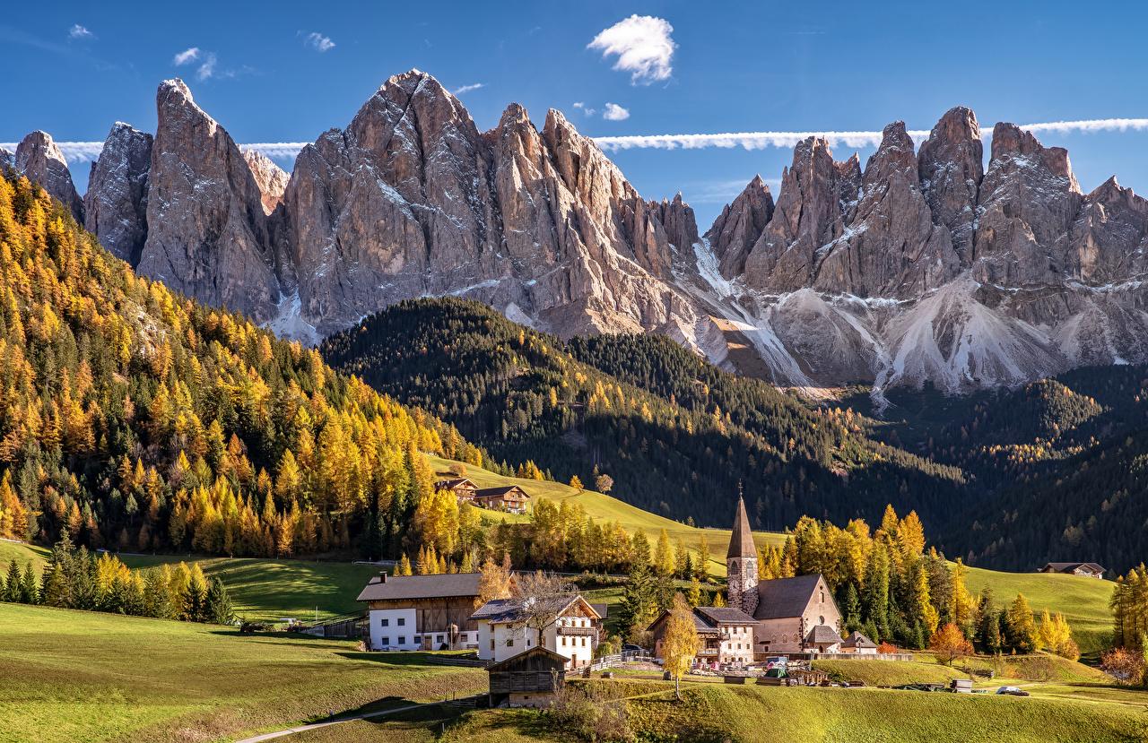 Фотография Церковь Альпы Италия Dolomites Горы Осень Скала Природа Пейзаж Дома альп гора Утес скале скалы осенние Здания
