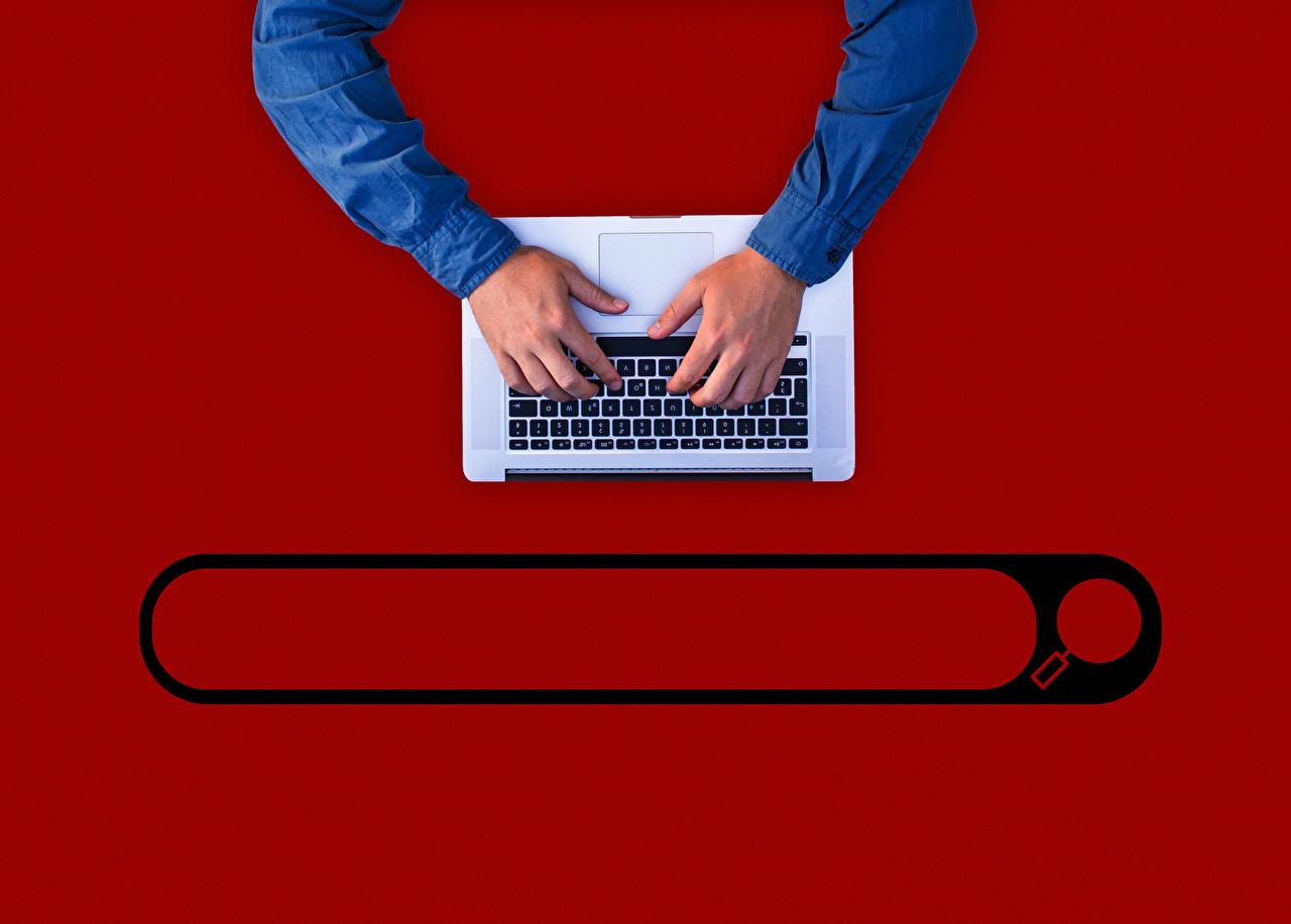 Картинка Ноутбуки Клавиатура Руки Красный фон ноутбук рука красном фоне