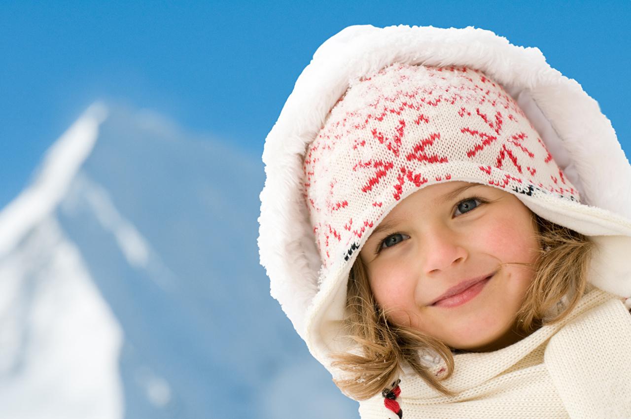 Фотография Девочки улыбается Дети шапка смотрят капюшоне девочка Улыбка ребёнок Шапки в шапке Взгляд смотрит Капюшон капюшоном