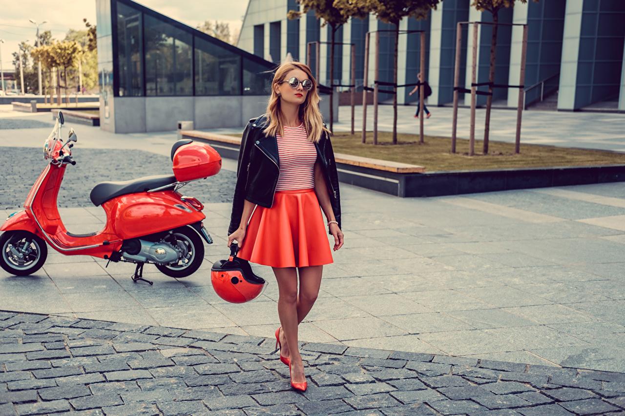 Картинка юбке Блондинка Мотороллер Шлем молодые женщины очках юбки Юбка Скутер блондинки блондинок шлема в шлеме девушка Девушки молодая женщина Очки очков