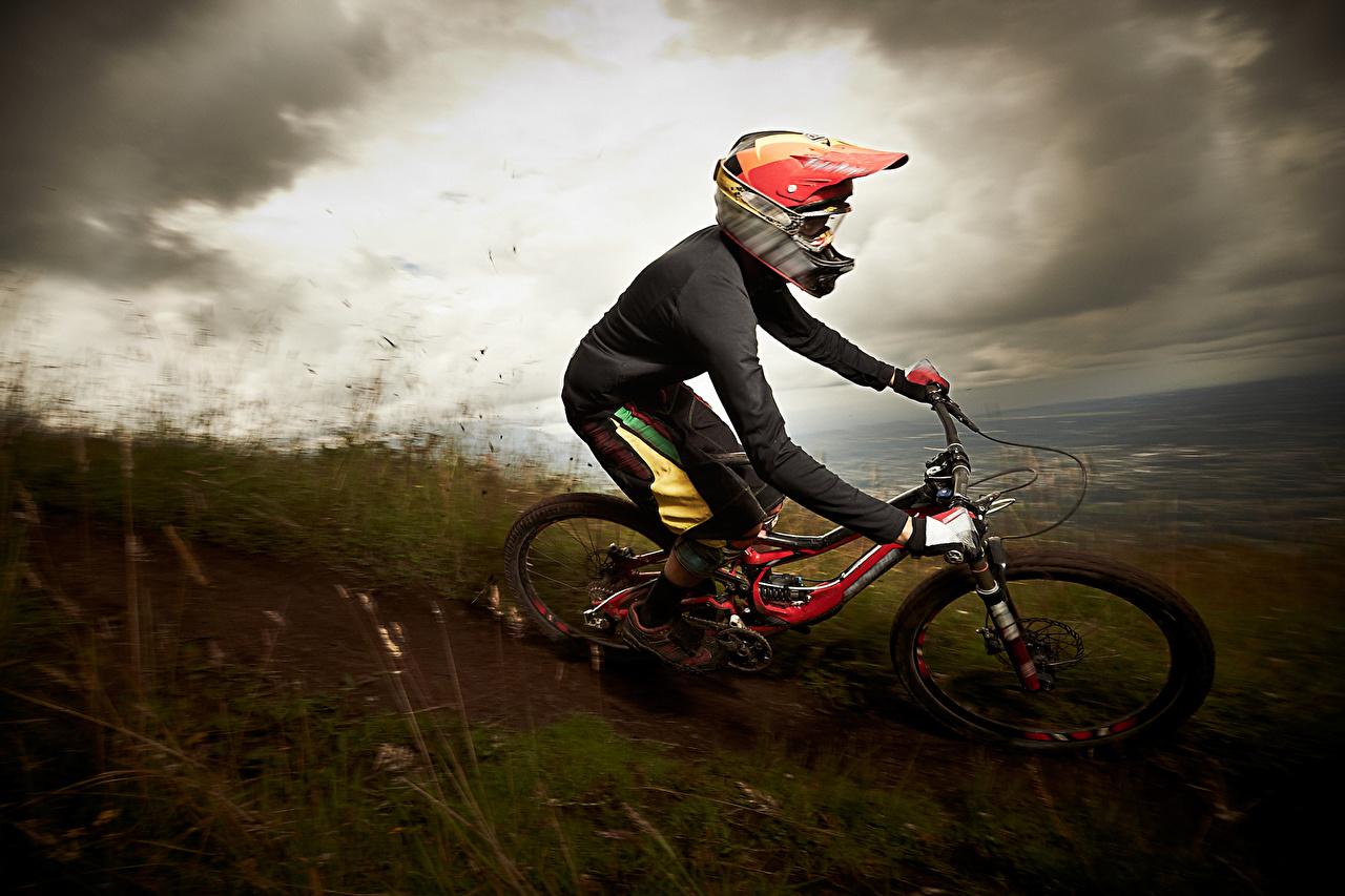 Картинка Шлем Велосипед Спорт едущая шлема в шлеме велосипеде велосипеды едет едущий Движение скорость