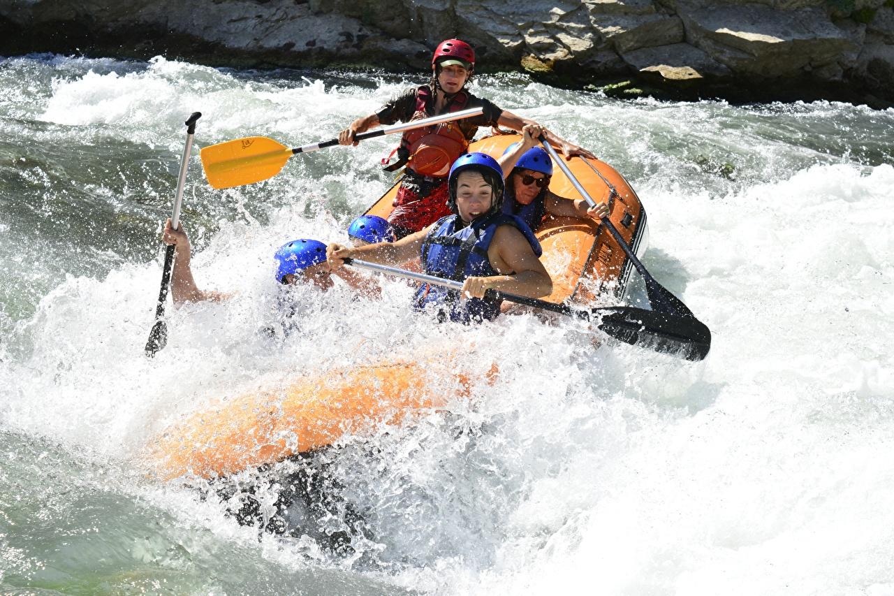 Фотография Шлем Рафтинг Спорт с брызгами Реки Лодки шлема в шлеме спортивный спортивная спортивные Брызги река речка