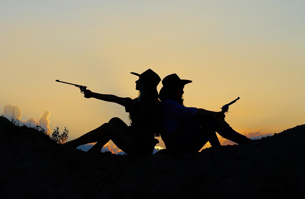 Фото ковбоя пистолет Двое шляпе Девушки рассвет и закат сидящие Ковбой ковбои Пистолеты пистолетом 2 два две шляпы Шляпа вдвоем девушка молодая женщина молодые женщины Рассветы и закаты сидя Сидит