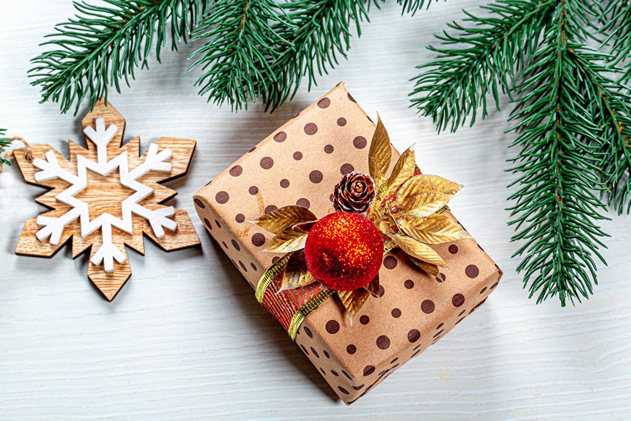 Фотографии Рождество Снежинки подарков Шар ветка Новый год снежинка подарок Подарки ветвь Ветки Шарики на ветке