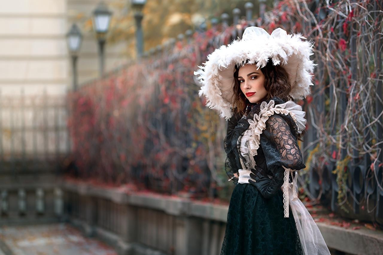 Обои для рабочего стола Размытый фон Шляпа винтаж Девушки платья боке Ретро шляпы шляпе девушка старинные молодые женщины молодая женщина Платье