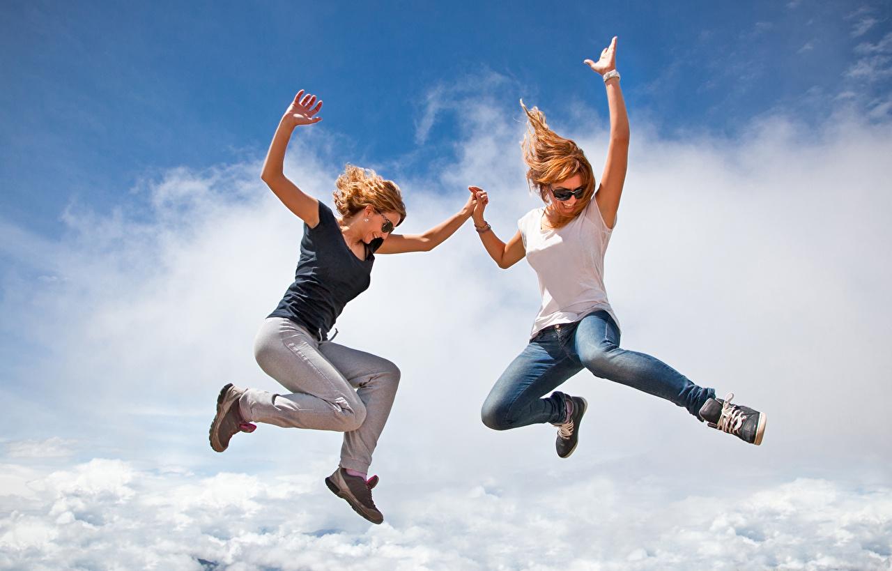 Фотография Рыжая счастливые Двое Девушки Джинсы Прыжок Радость счастье 2 вдвоем