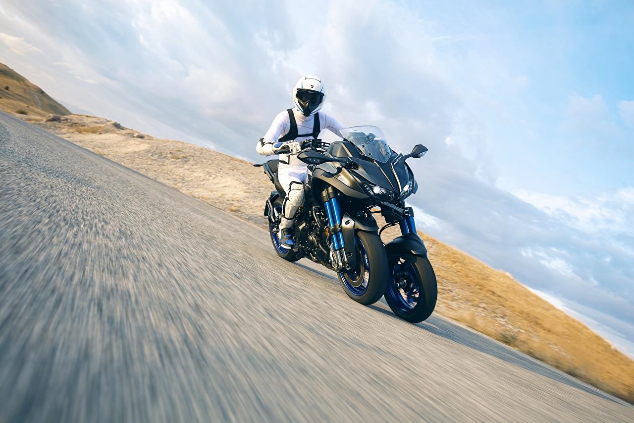Картинки Ямаха 2018 Niken Движение Мотоциклист Yamaha едет едущий едущая скорость