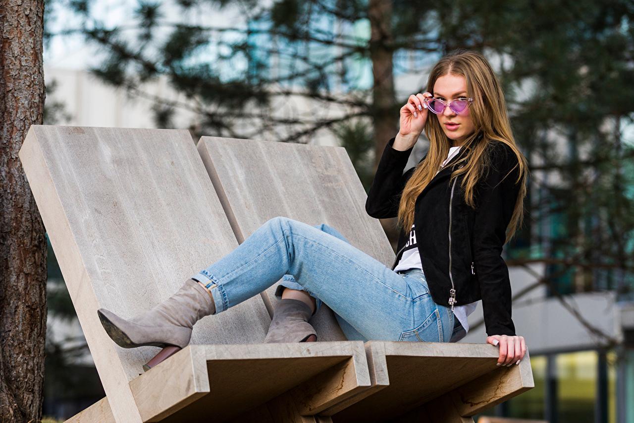 Обои для рабочего стола Lidija куртки девушка Джинсы Очки сидящие смотрит куртке Куртка куртках Девушки молодая женщина молодые женщины джинсов сидя Сидит очков очках Взгляд смотрят