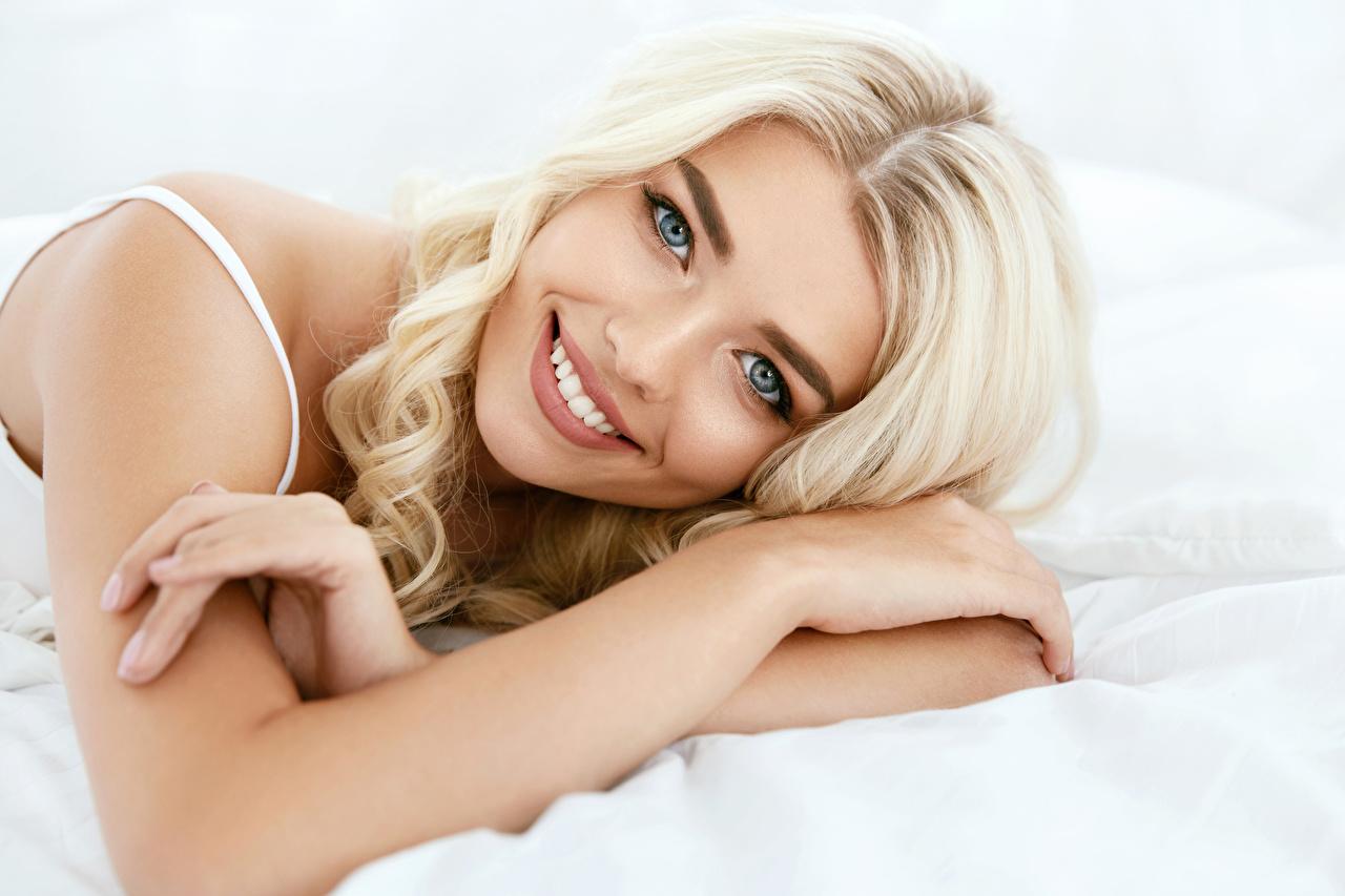 Фотография Блондинка Улыбка Красивые девушка рука смотрят блондинок блондинки улыбается красивый красивая Девушки молодые женщины молодая женщина Руки Взгляд смотрит
