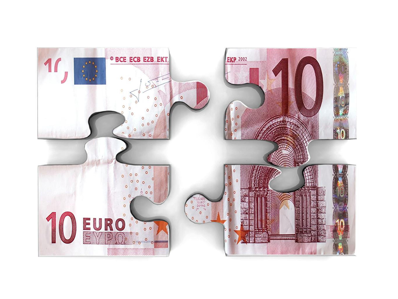 Фотографии Евро Купюры Деньги белым фоном Банкноты Белый фон белом фоне