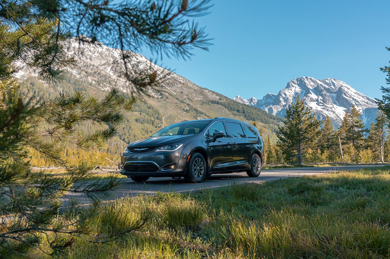 Фотографии Chrysler 2017–19 Pacifica Hybrid Limited Гибридный автомобиль Серый Металлик автомобиль Крайслер серые серая авто машина машины Автомобили
