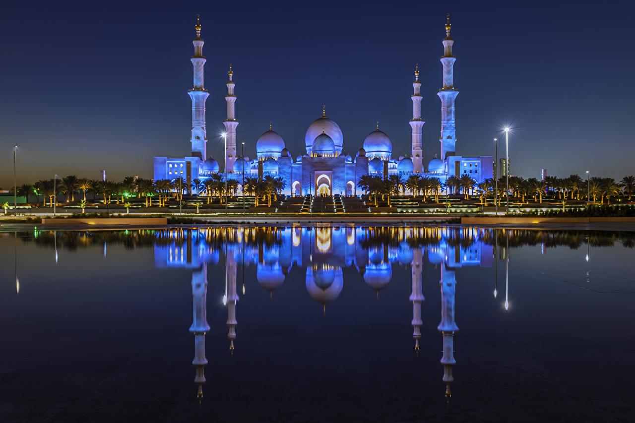 Обои для рабочего стола Объединённые Арабские Эмираты Abu Dhabi Отражение Храмы ночью заливы город Здания ОАЭ отражении отражается Ночь Залив в ночи Ночные залива Дома Города