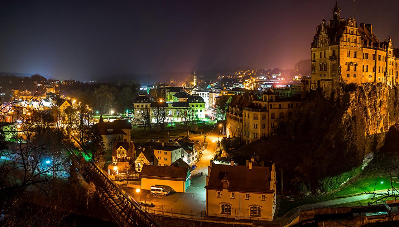 Картинка Германия Sigmaringen мост Скала ночью Уличные фонари Города Здания Утес скалы скале Мосты Ночь в ночи Ночные Дома город