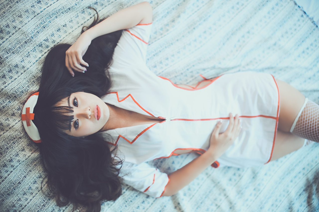 Фотография Брюнетка Медсестра Лежит красивый молодые женщины Азиаты Руки униформе смотрят брюнеток брюнетки медсестры лежа лежат лежачие Красивые красивая девушка Девушки молодая женщина азиатка азиатки рука Униформа Взгляд смотрит
