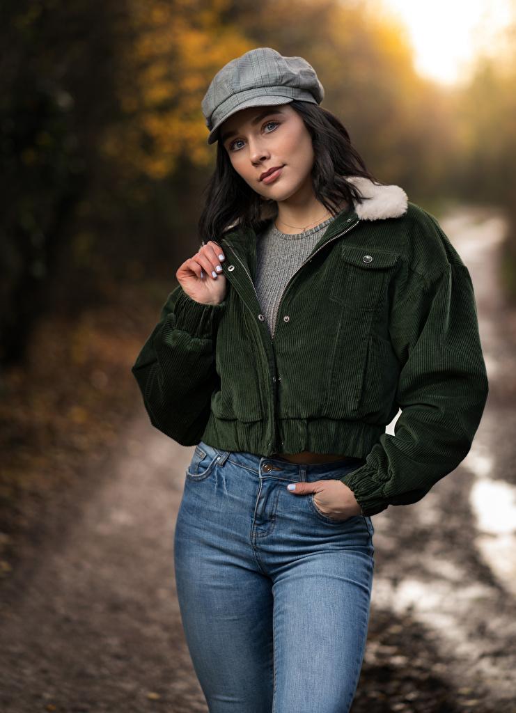 Картинка Брюнетка Emma Victoria позирует Куртка девушка Джинсы кепкой смотрит  для мобильного телефона брюнетки брюнеток Поза куртке куртки куртках Девушки молодая женщина молодые женщины джинсов кепке Кепка Взгляд смотрят Бейсболка