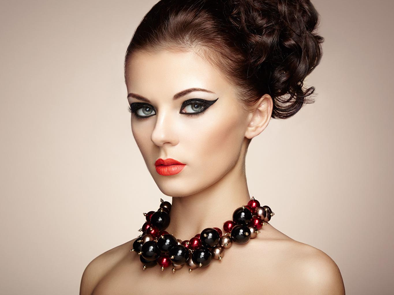 Обои для рабочего стола Шатенка фотомодель косметика на лице молодая женщина красными губами Украшения Цветной фон шатенки Модель мейкап Макияж девушка Девушки молодые женщины Красные губы