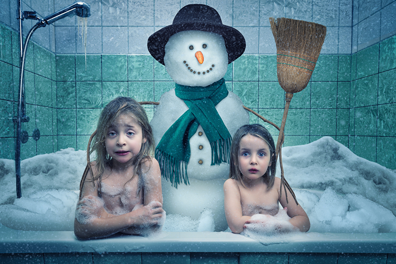 Обои для рабочего стола Юмор Девочки Ванная Spring preparation 2 Снеговики Смешные девочка два две Двое вдвоем снеговик снеговика