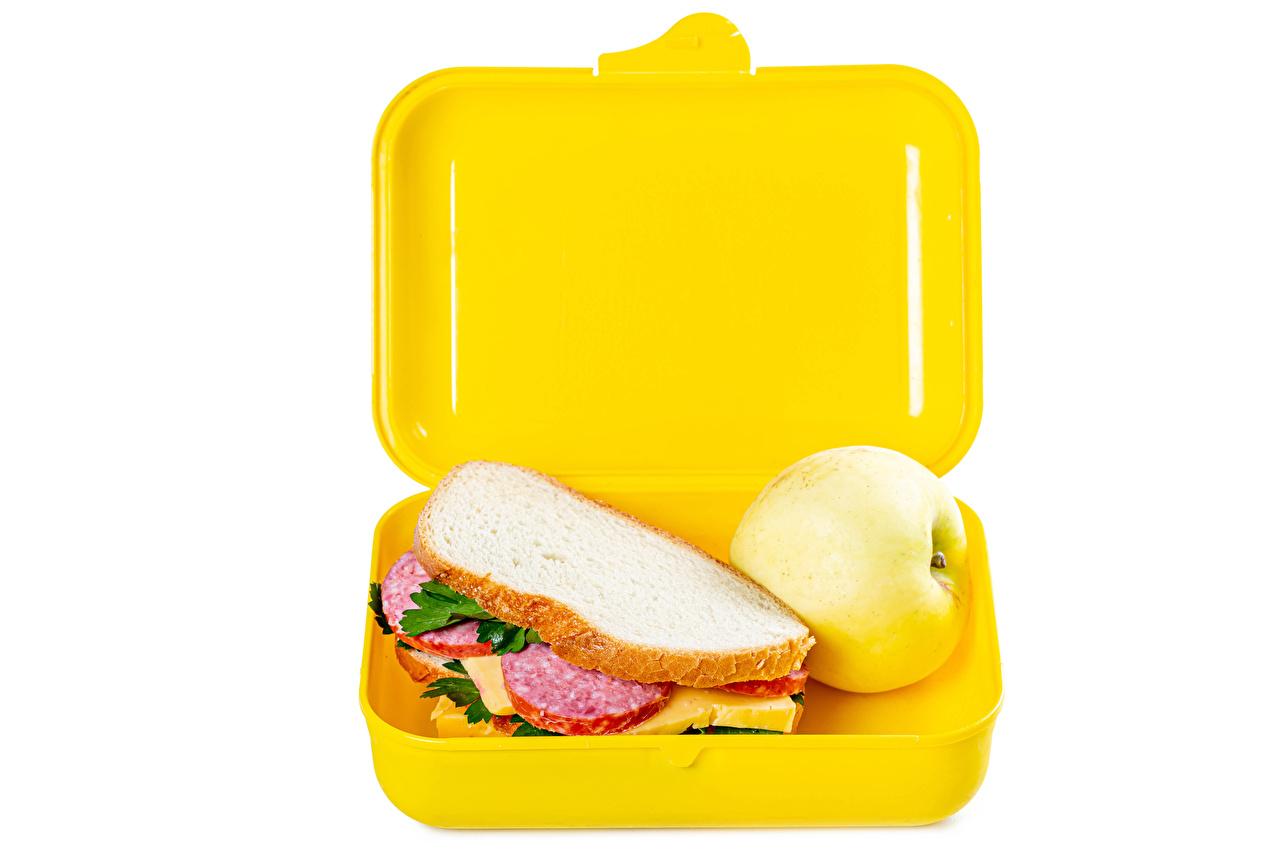 Фото Сэндвич Колбаса Хлеб Яблоки коробки Еда белом фоне Коробка коробке Пища Продукты питания Белый фон белым фоном