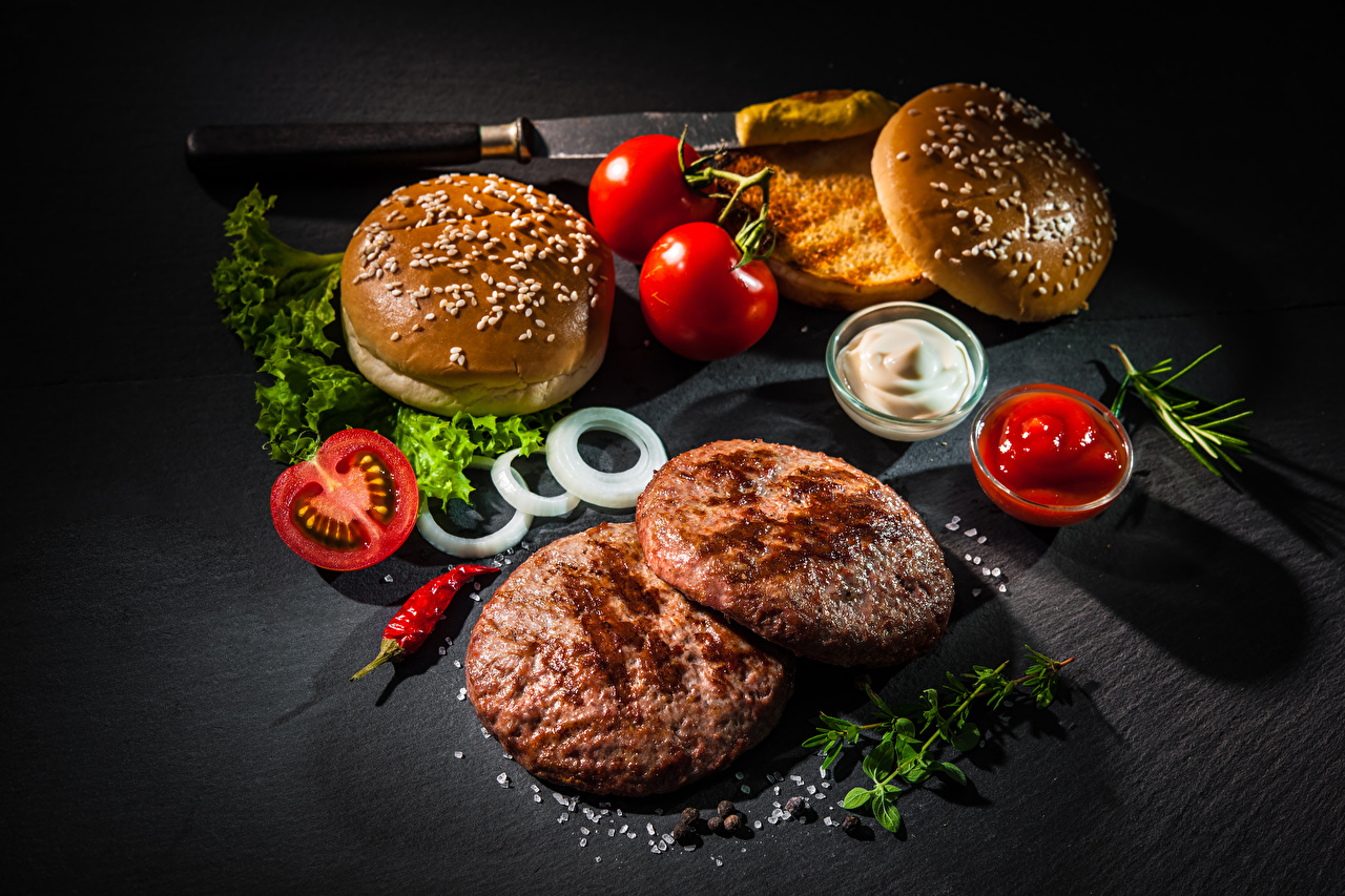 Обои для рабочего стола котлета Помидоры Гамбургер соли Фастфуд Булочки кетчупа Еда Котлеты Томаты Соль солью Кетчуп кетчупом Быстрое питание Пища Продукты питания