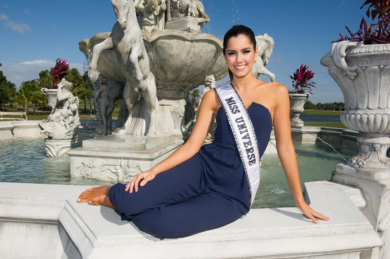 Обои для рабочего стола брюнеток фотомодель улыбается Paulina Vega, Colombian Руки сидящие Знаменитости брюнетки Брюнетка Модель Улыбка рука сидя Сидит