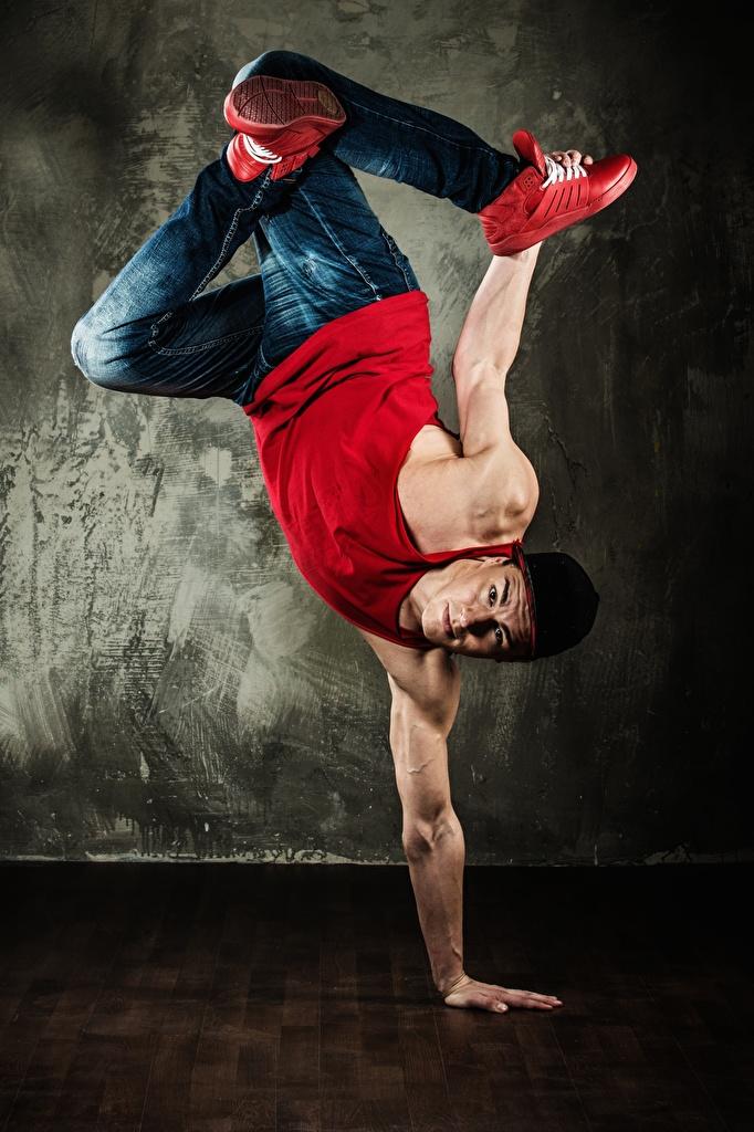 Фото Мужчины Танцует Майка Джинсы Руки Танцы