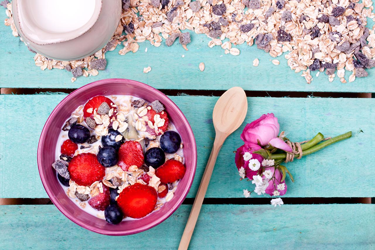 Картинка Букеты Завтрак Черника Еда Ложка Ягоды Мюсли Доски Пища Продукты питания