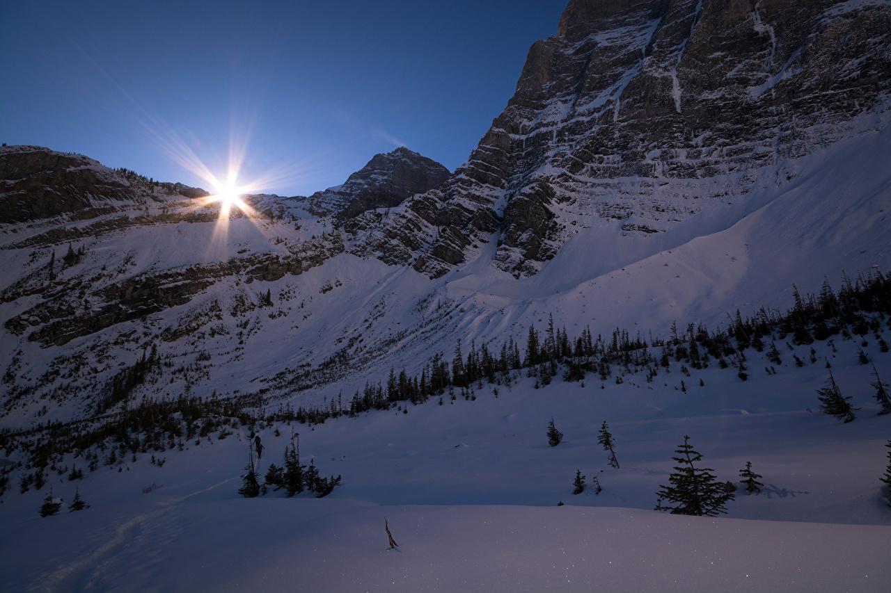 Фотографии Лучи света Банф Канада Зима скалы Природа снеге Парки Вечер Утес Скала скале зимние парк Снег снега снегу