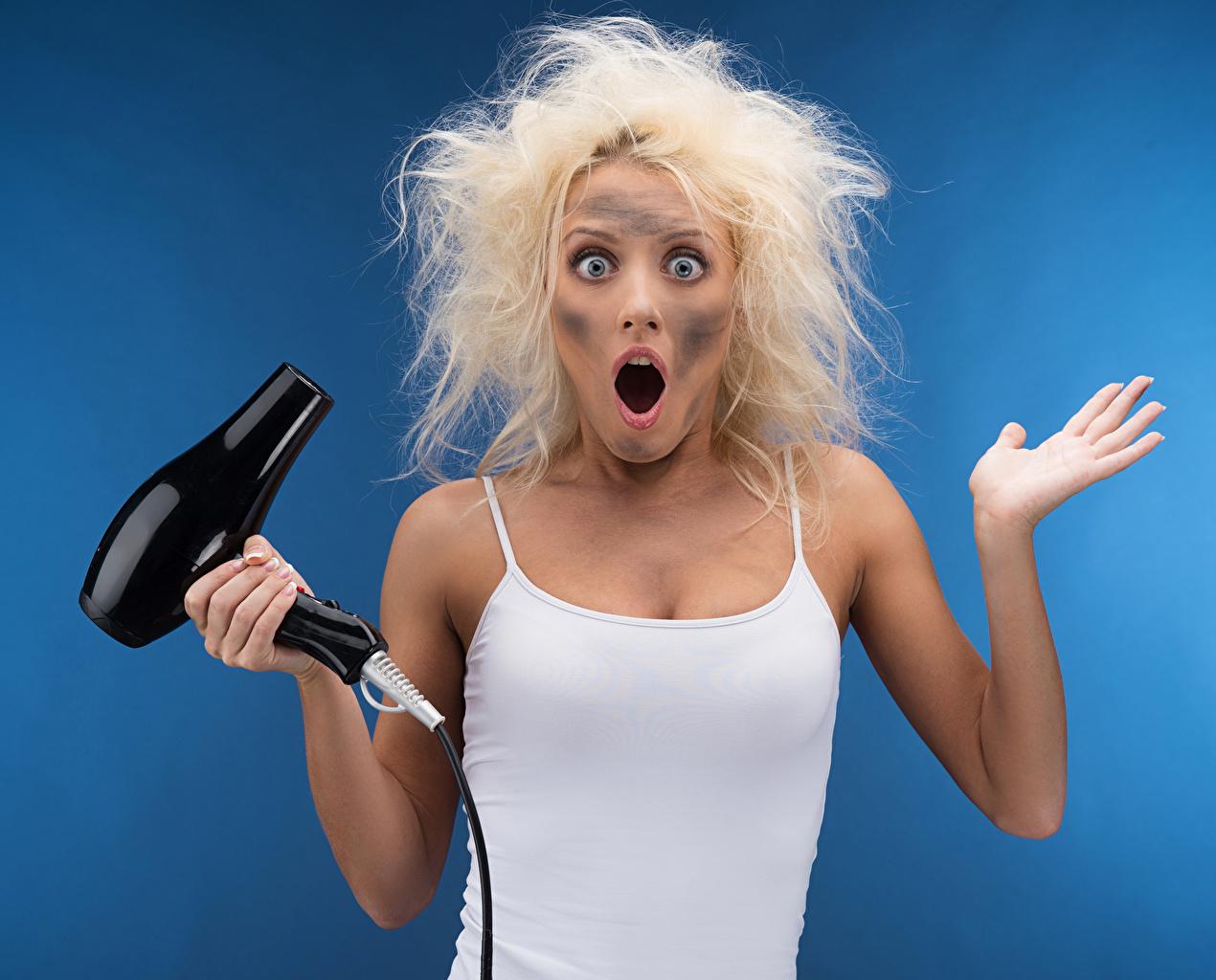 Фотографии Смешные Блондинка Удивление Волосы Девушки Руки Цветной фон Юмор эмоции изумление