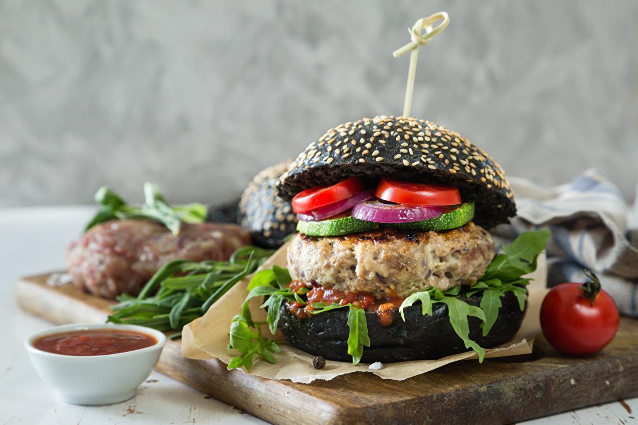 Обои для рабочего стола Гамбургер кетчупа Булочки Быстрое питание Еда Овощи Разделочная доска Кетчуп Фастфуд кетчупом Пища Продукты питания разделочной доске