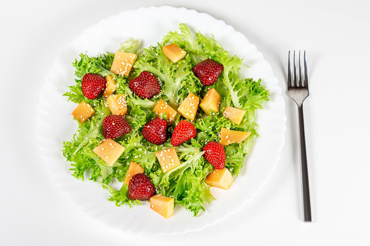 Обои для рабочего стола Клубника Еда Овощи Салаты Тарелка Вилка столовая Пища вилки тарелке Продукты питания