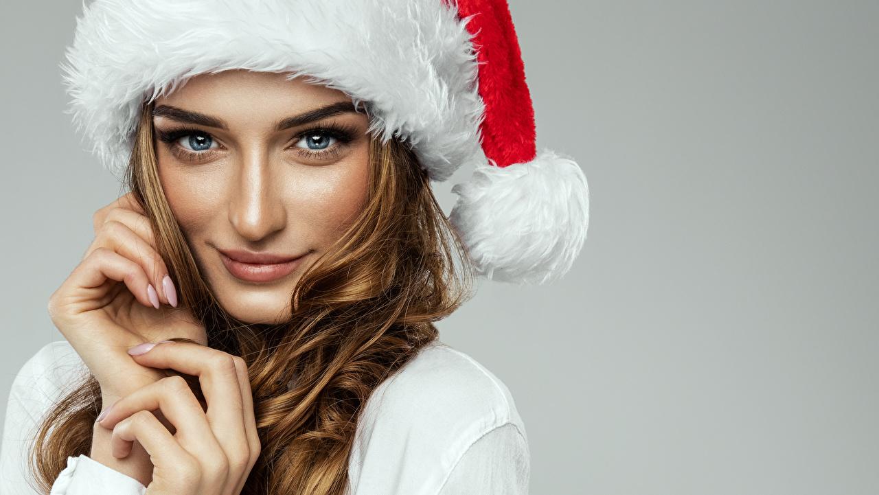 Картинка Шатенка Новый год Лицо Девушки Пальцы Взгляд Серый фон Рождество смотрит