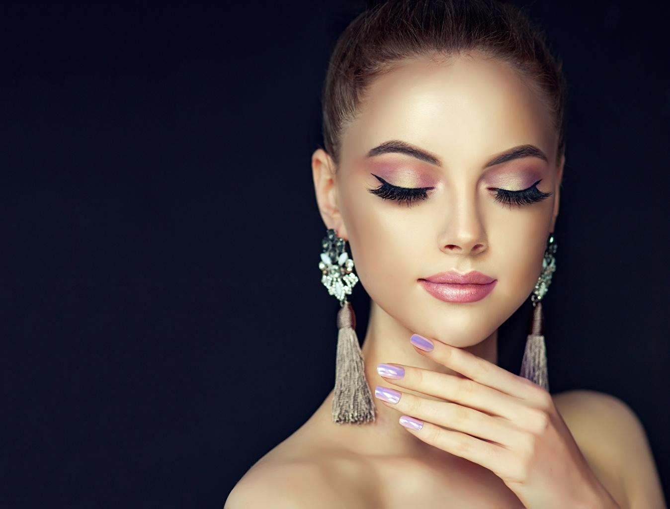 Картинки Маникюр мейкап красивая лица молодая женщина серег маникюра Макияж косметика на лице красивый Красивые Лицо Девушки девушка молодые женщины Серьги